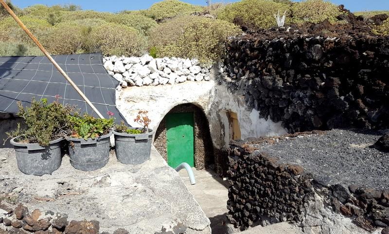 Huis ingebouwd in het lava. Malpais de Güimar.
