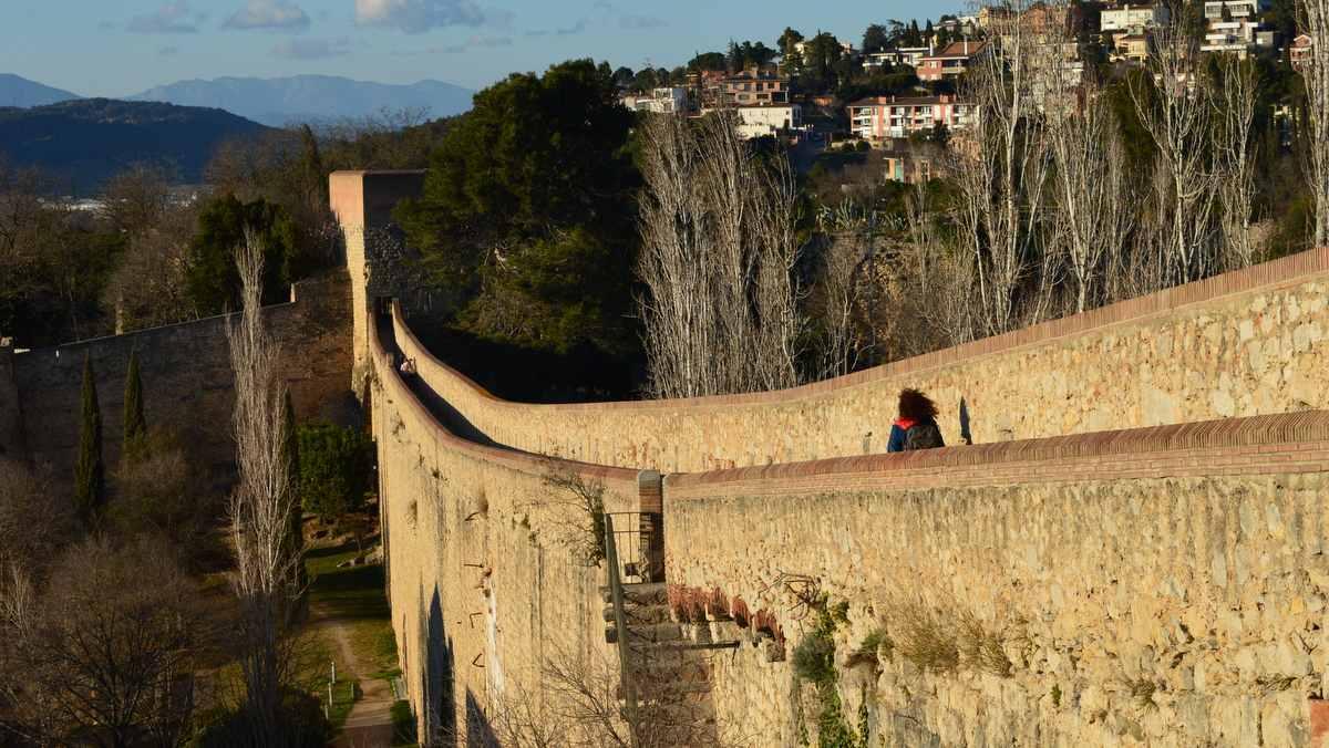 Wandelen over de oude stadsmuur van Girona