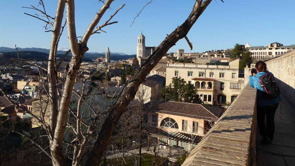 Uitzicht vanaf de stadsmuur van Girona