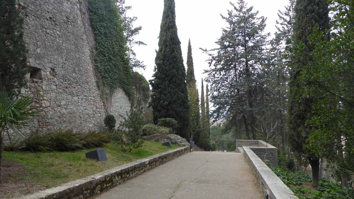 Achter de oude stadsmuur in Girona