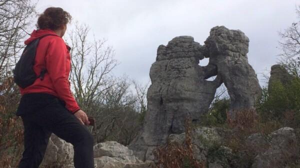 wandelvrouw bij de beroemde rots L'Ours et Le Lion