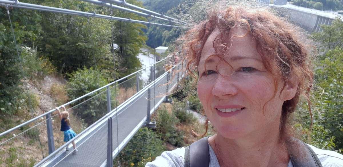 Wandelvrouw bij de langste wandelhangbrug te wereld