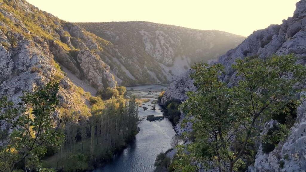 We zijn weer boven en kijken nog 1 keer achterom. Uizicht op rivier Krupa.