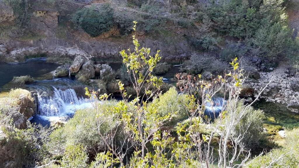 Watervallen in rivier Krupa.