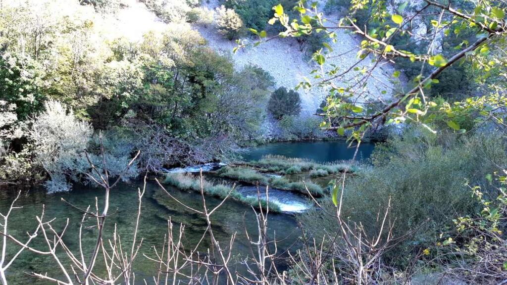 Langs de oevers van rivier Krupa zie je verschillen waterplateaus en watervalletjes
