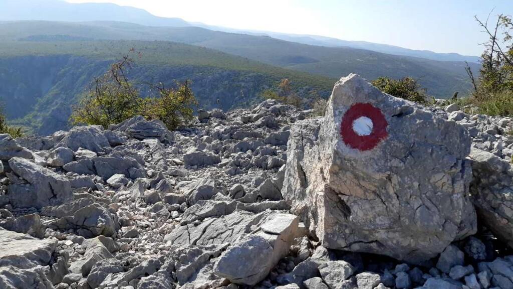 Rode cirecel en pijlen zijn op de stenen geschilderd.
