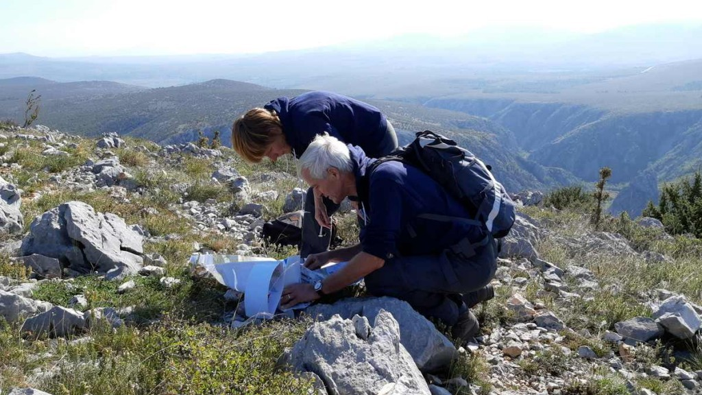 Griet en Anri kijken op de kaart na of we de juiste route lopen.