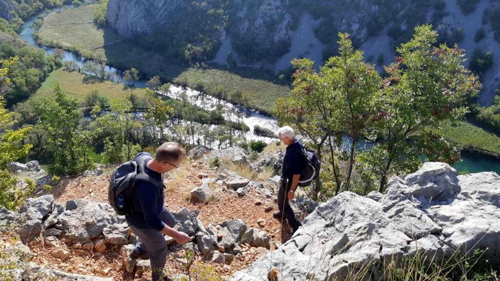 Anri en Hans lopen voorop in de afdaling naar de rivier Krupa