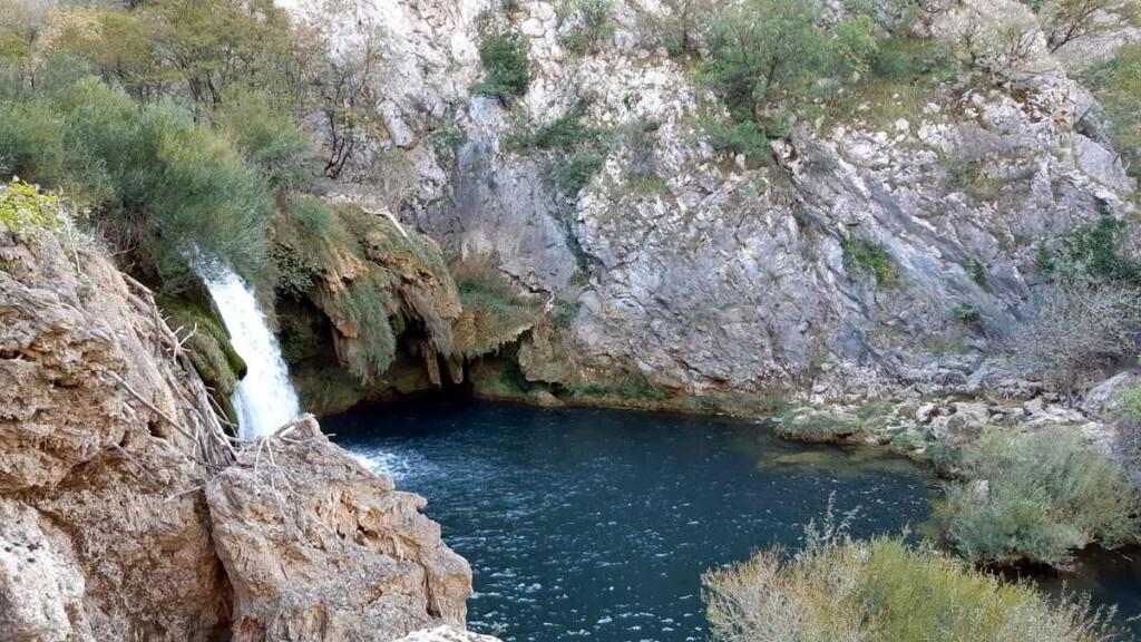 Er is niet veel water, toch blijft het een magnefiek gezicht, deze waterval.