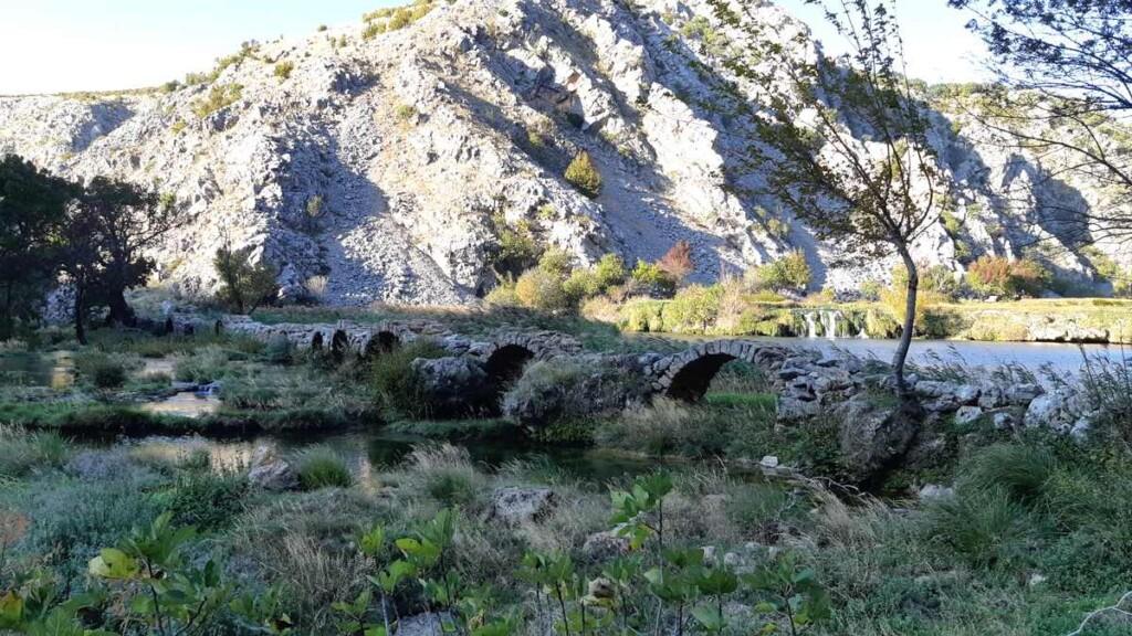 De brug van Kude overspand een breed gedeelte van de rivier.