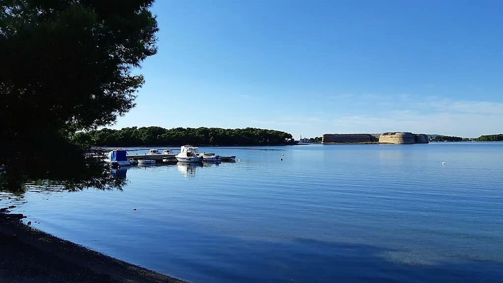 Kroatië | Doen in Šibenik: wandelen langs het kanaal van Sveti Ante - zicht op fort sv Nikole