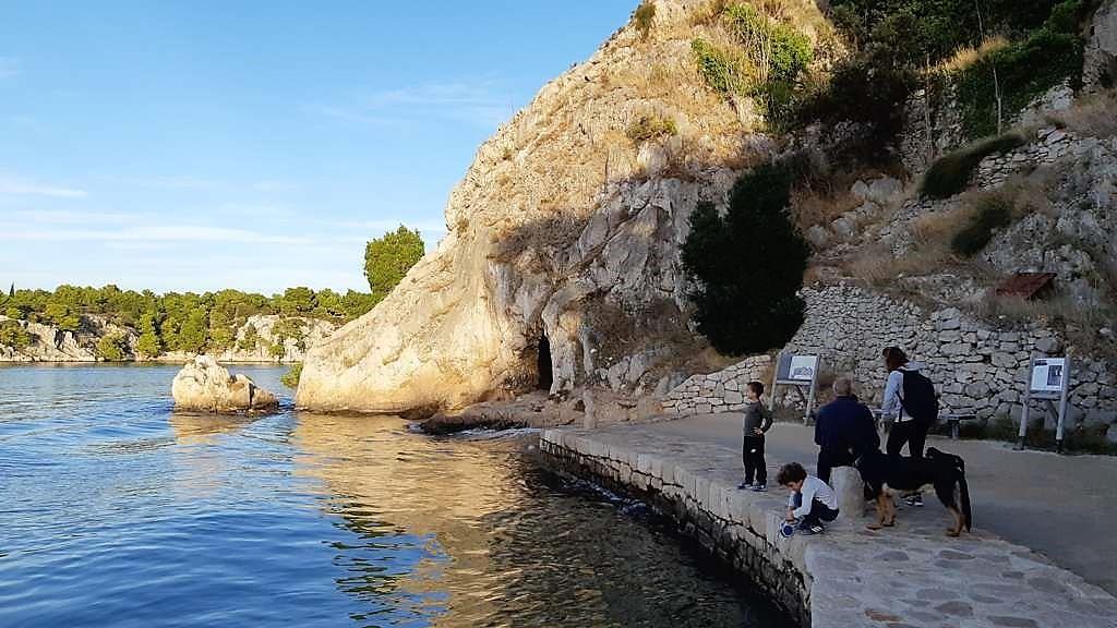 Kroatië | Doen in Šibenik: wandelen langs het kanaal van Sveti Ante - grot bij zeetunnel
