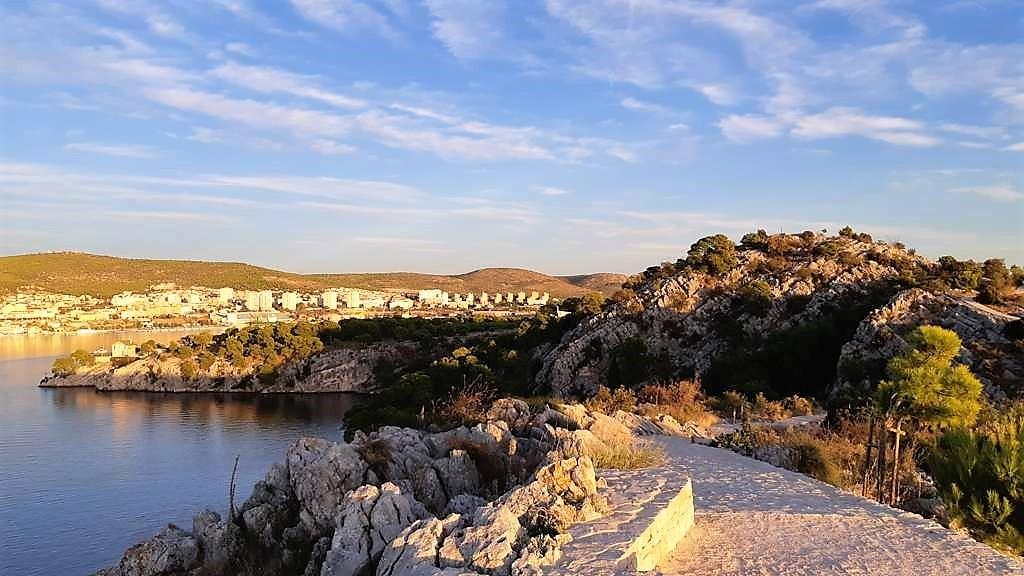 Kroatië | Doen in Šibenik: wandelen langs het kanaal van Sveti Ante - wandelpad - zicht op Sibenik