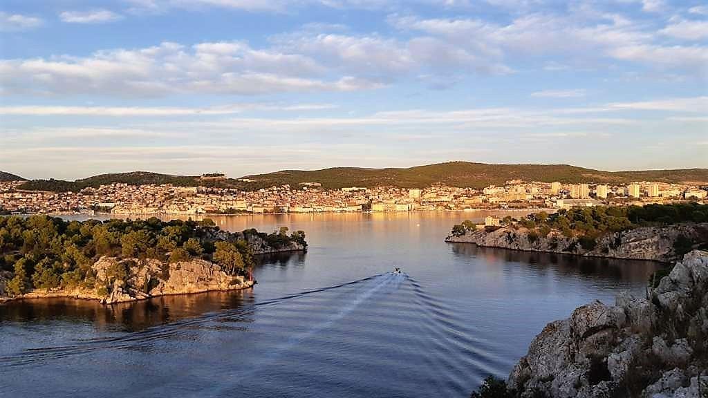 Kroatië | Doen in Šibenik: wandelen langs het kanaal van Sveti Ante - zicht op Sibenik