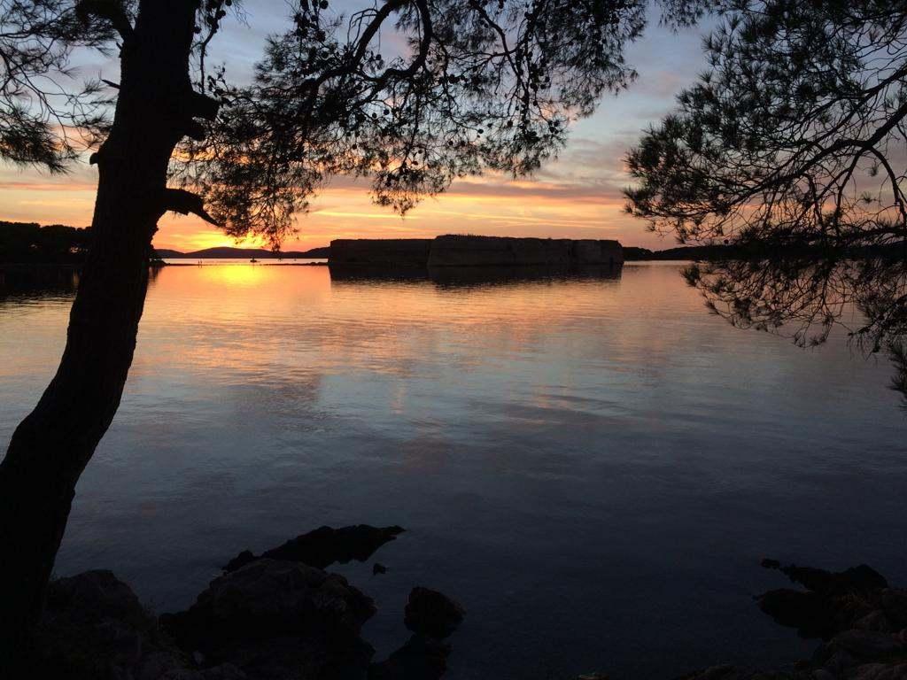 Kroatië | Doen in Šibenik: wandelen langs het kanaal van Sveti Ante - zonsondergang