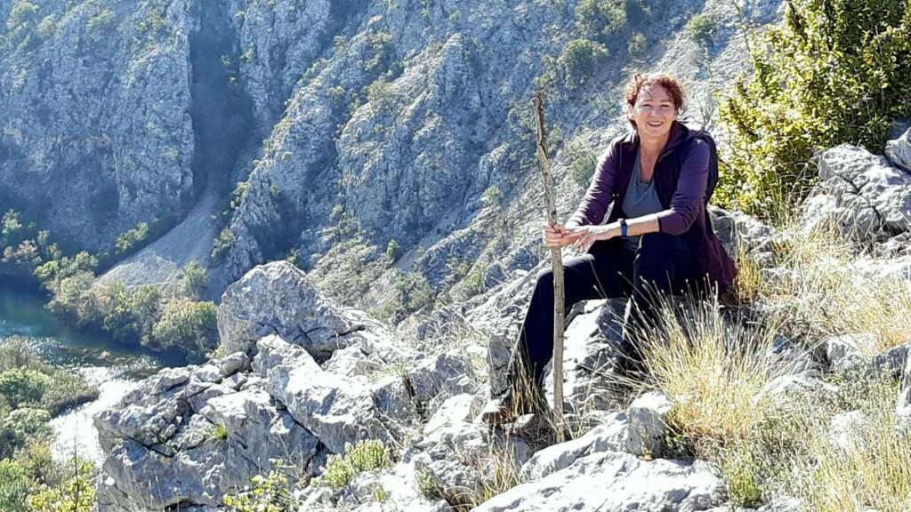 Footo van Bregje Schipper - Wandelvrouw - Uitzicht over rivier Krupa - Velebit gebergte - Kroatie