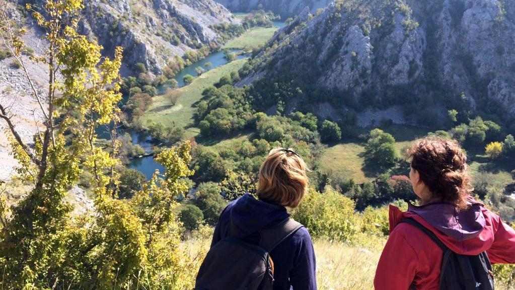 Wandelvrouw en Griet van Kuca Bajlo kijken uit over de Krupa rivier