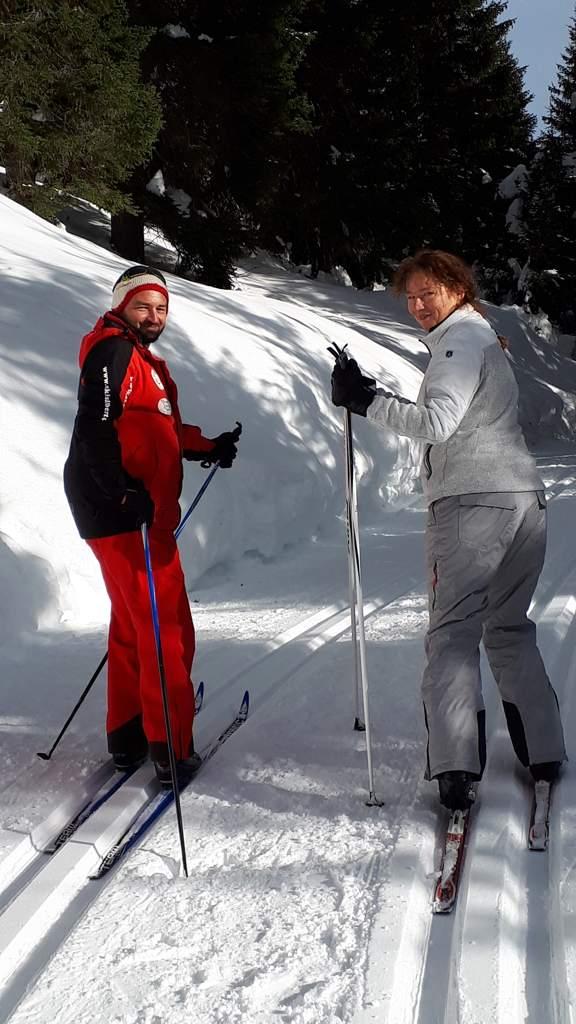 Instructeur Patrick leert Bregje langlaufen