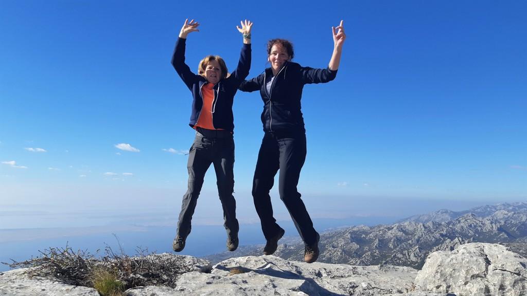 Griet en Bregje op de top van Bojin kuk